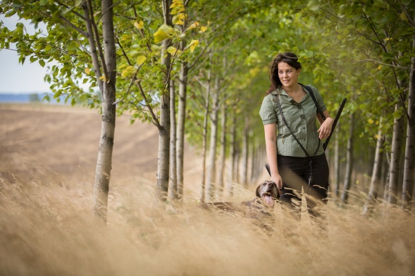 herbstjagdsaison jagd outdoor sport frauenjaegerin im
