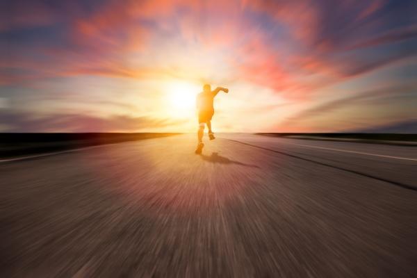 rueckansicht mann laeuft und sprintet auf