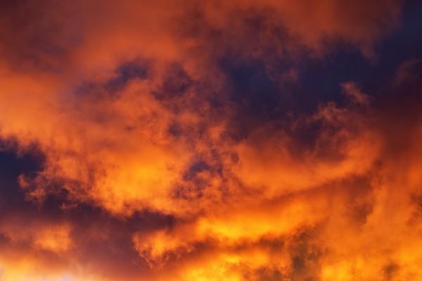 dramatische wolken in der daemmerung