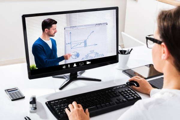 nahaufnahme einer geschaeftsfrau mit dem computer
