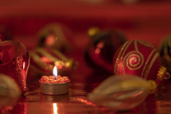 weihnachten stillleben mit roten kugeln und