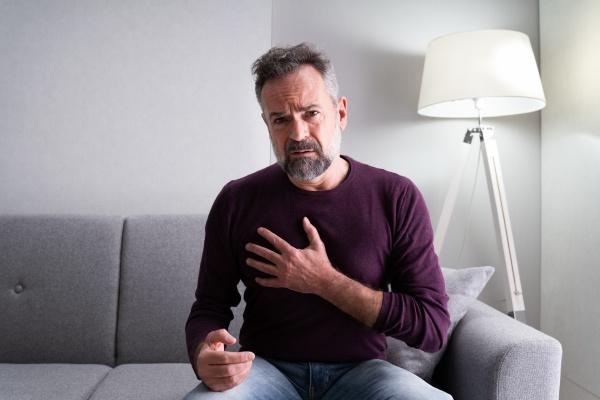 AElterer mann mit brustschmerzen kranke aeltere