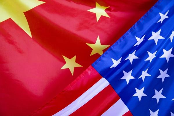 schwenkende usa und china flagge