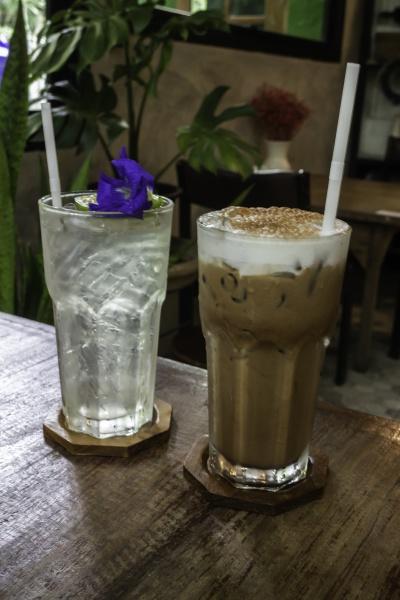 eiskaltes kaffeegetraenk und eisgekuehlter schmetterlingserbsentee mit