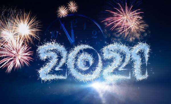 silvesterhintergrund mit jahresnummer 2021 und zifferblatt