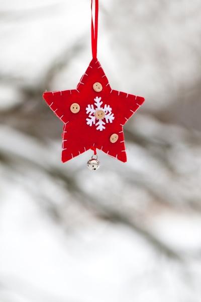 rotweisser weihnachtssternschmuck im schnee