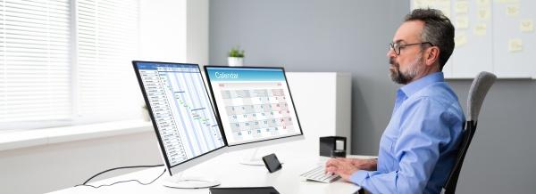 mitarbeiter mit zeitplankalender