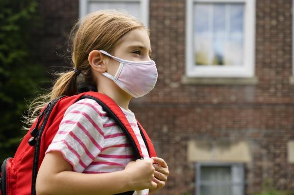 schuelerin 6 7 traegt grippemaske