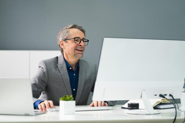 happy professional man mitarbeiter mit computer