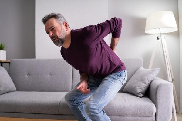 AElterer senior mann mit rueckenschmerzen