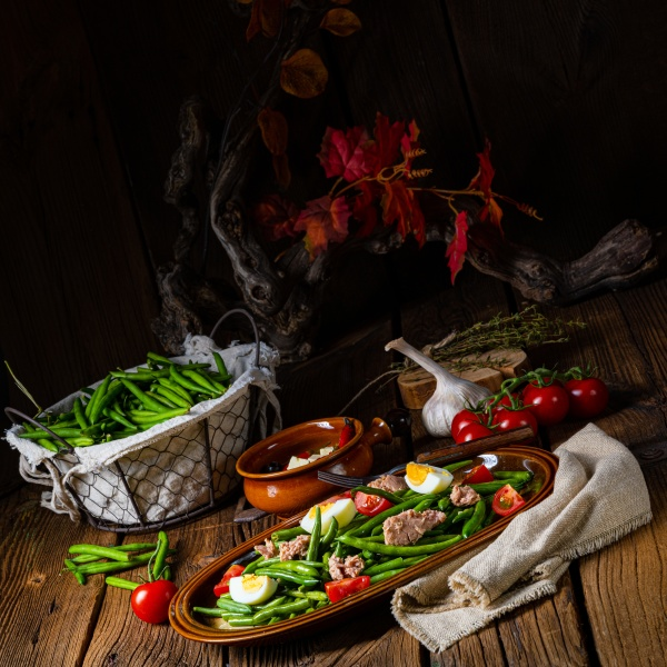 rustikaler gruener bohnensalat mit ei und