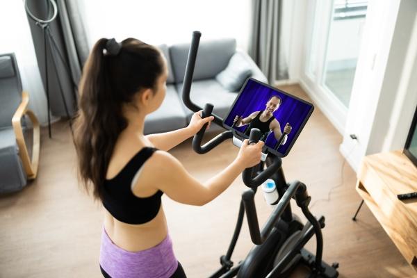 frau training auf elliptische trainer online