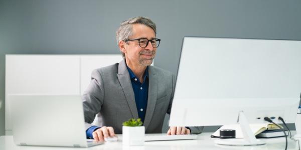 gluecklicher professioneller mann mitarbeiter mit computer