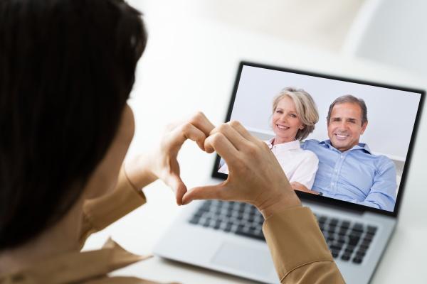 video telefonkonferenz mit eltern auf laptop