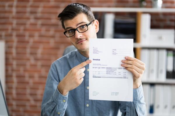 professioneller, buchhalter, zeigt, verkaufssteuerrechnung, an - 29097991