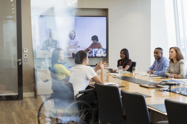 geschaeftsleute sprechen und videokonferenzen im konferenzraum
