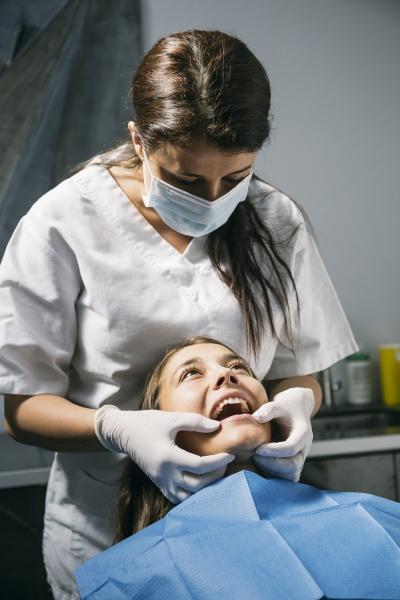 weibliche zahnarzthelferin in chirurgischer maske und