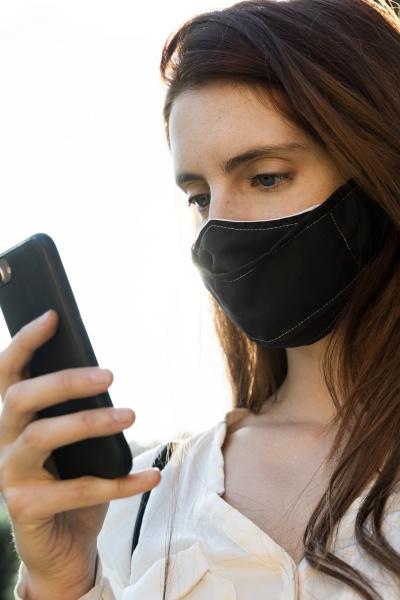junge frau sms auf dem smartphone