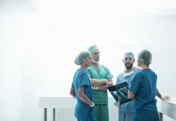 weibliche und maennliche chirurgen diskutieren ueber