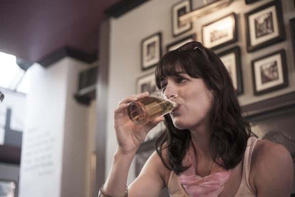 frau schaut weg waehrend sie bier