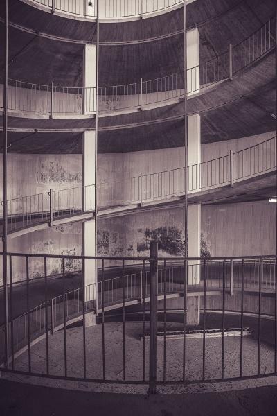 spiralwanderweg im leeren parkhaus