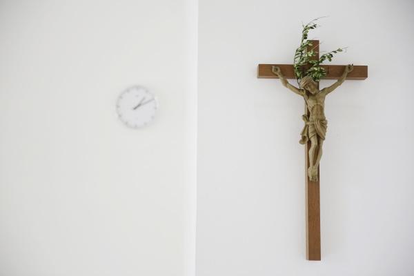 kreuz und uhr in einem presbyterium