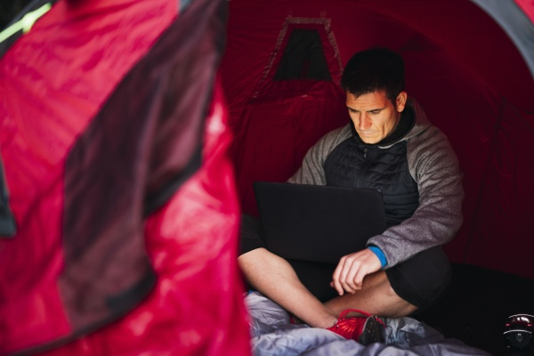 mann camping in estland im zelt