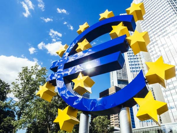 deutschland frankfurt euroschild vor dem eurotower