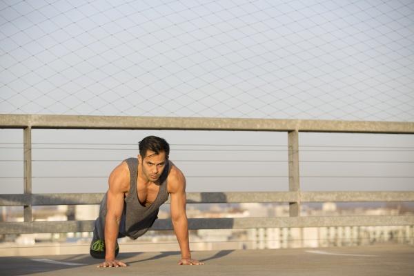 muskulaerer mann beim pushup