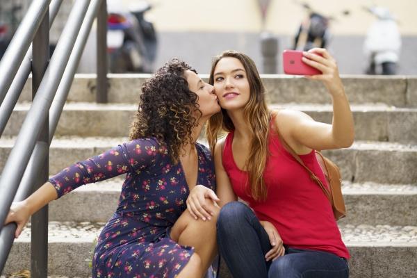 lesbische paar selfie waehrend auf der
