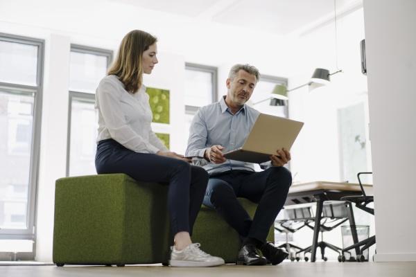 geschäftsleute, arbeiten, gemeinsam, am, laptop, im - 29119433