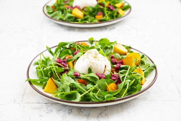 zwei teller vegetarischen salat mit obst
