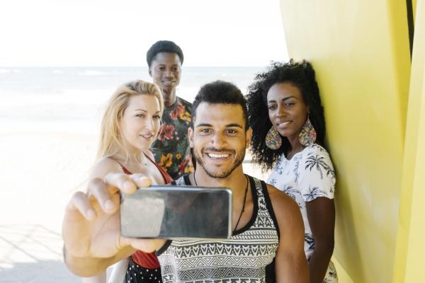 freunde machen selfie waehrend sie in
