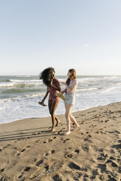 junge freunde geniessen beim strandspaziergang an