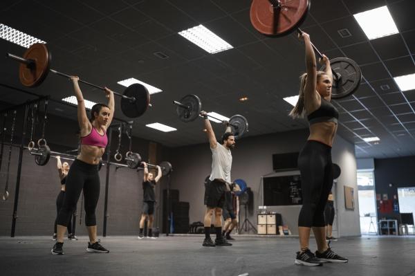 athleten heben langhantel beim training im