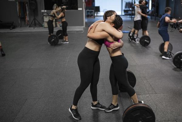 athleten umarmen sich waehrend sie im