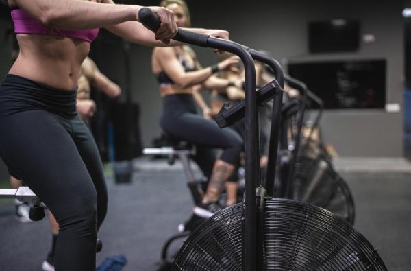 sportler trainieren auf dem fitnessrad im
