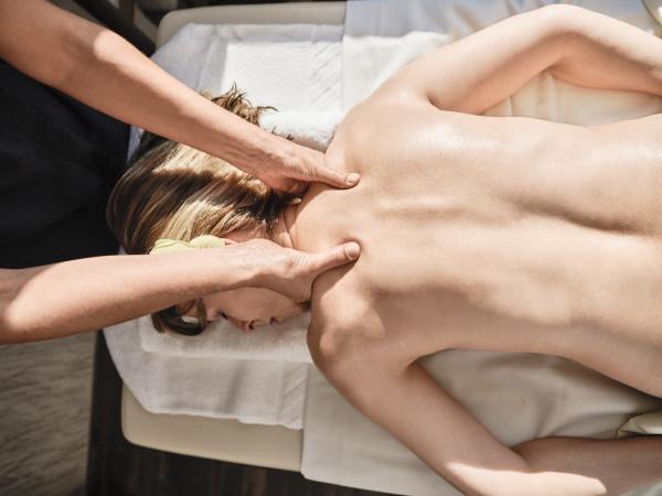 haende von reifen weiblichen geben massage