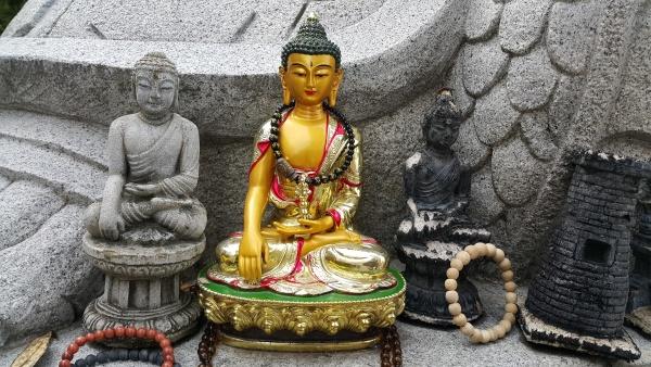buddha mini statue mit schoenem hintergrund