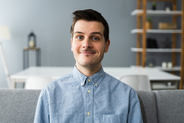 happy man videokonferenz webinar portraet