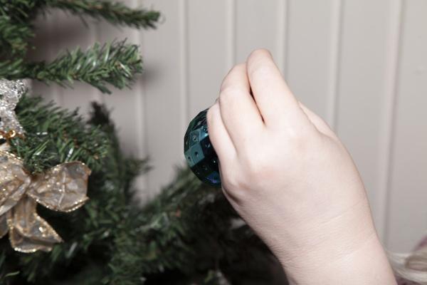 haengende weihnachtsdekorationen