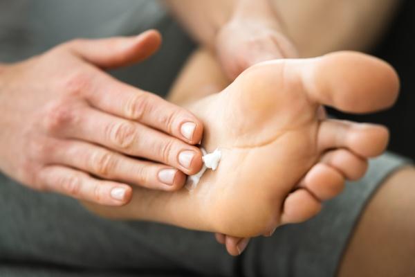 auftragen von lotion oder cream