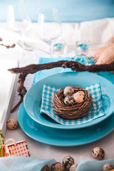 ostern tischeinstellung besteck auf dem tisch
