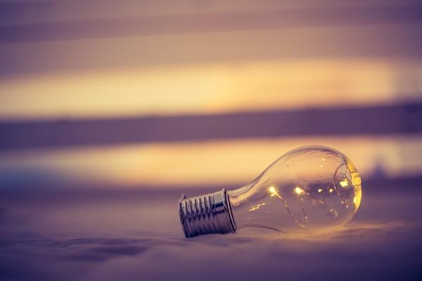ideen und innovation gluehbirne mit
