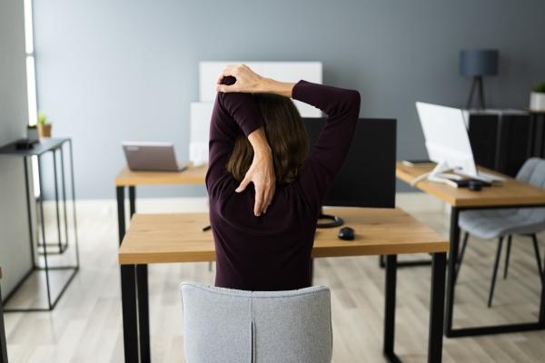 stretching UEbung am office desk frau