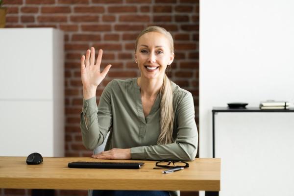 frau portrait winken zu webcam
