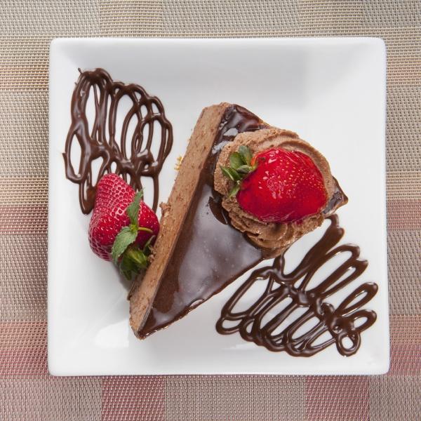 schokoladenmoussekuchen mit erdbeeren
