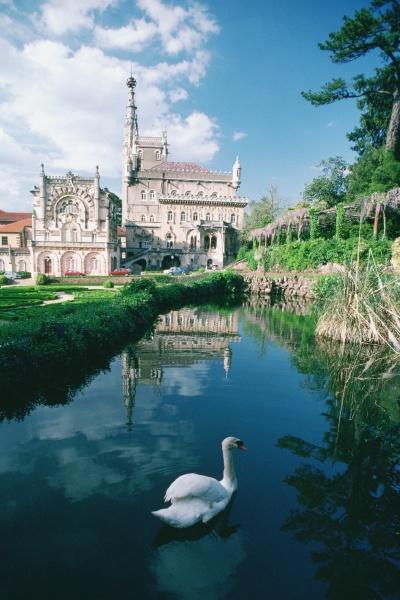kanal vor einem palast bucaco palace