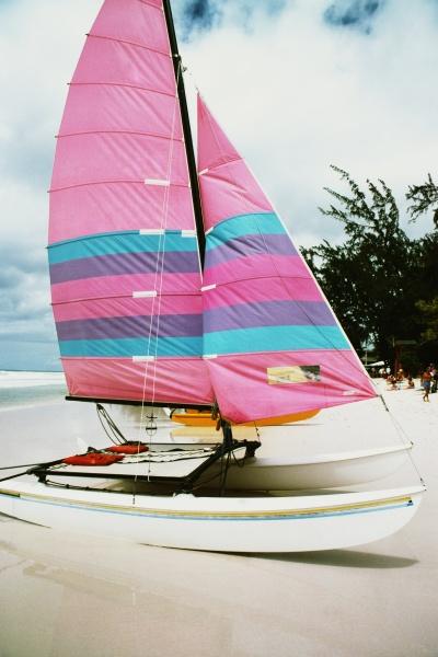 ein boot mit einem bunten segel