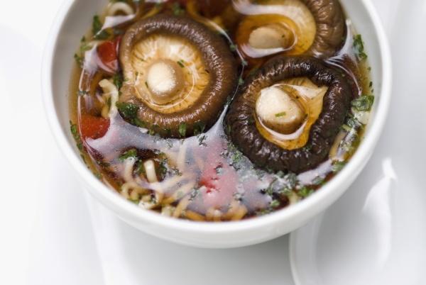 nahaufnahme chinesischer suppe mit pilzen in